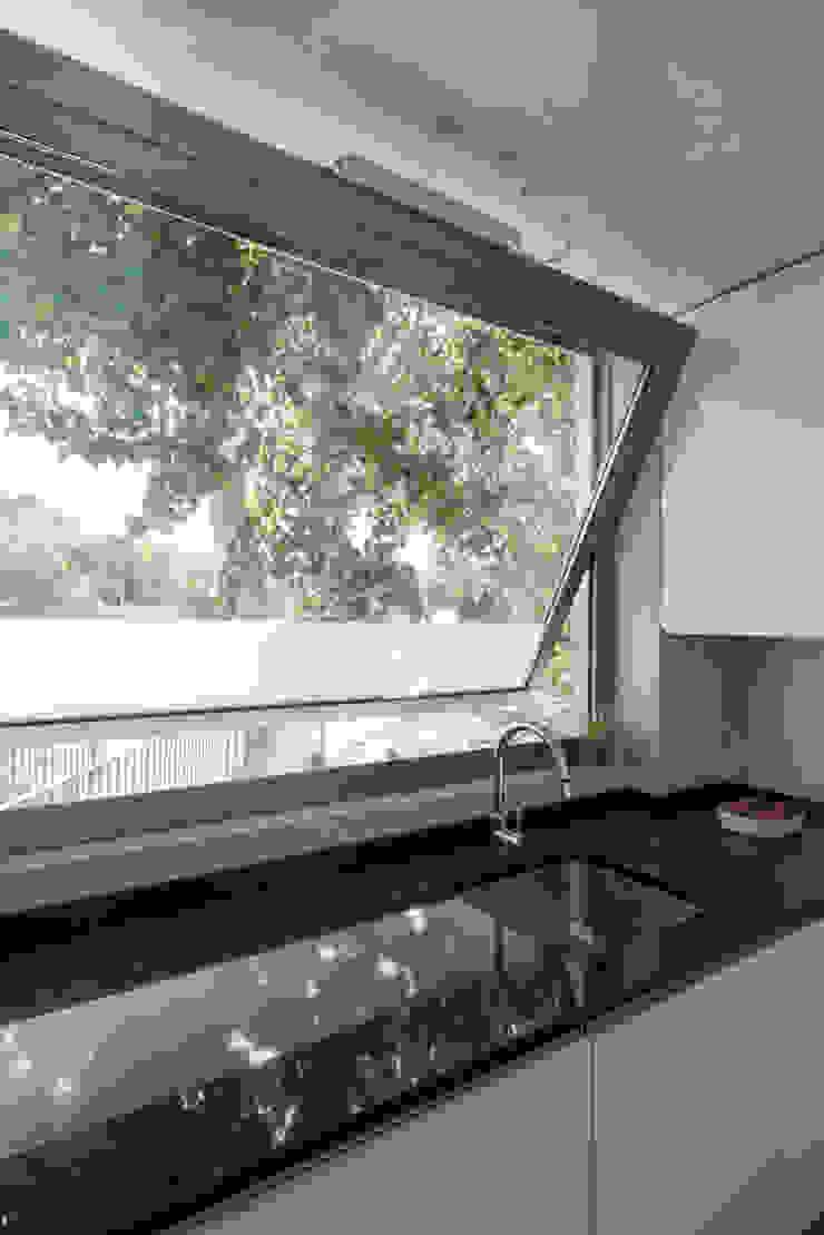 House on a Warehouse Modern kitchen by Miguel Marcelino, Arq. Lda. Modern