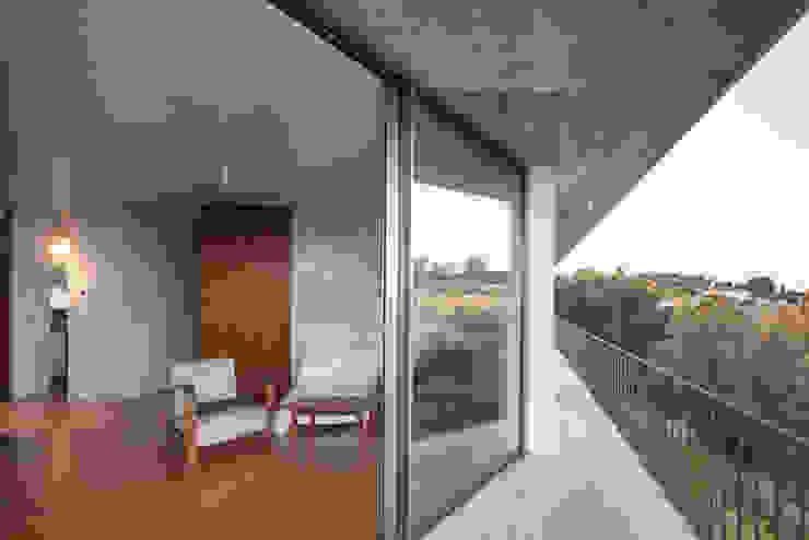 Casa sobre Armazém Varandas, marquises e terraços modernos por Miguel Marcelino, Arq. Lda. Moderno