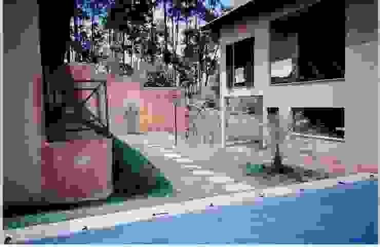 Rustic style house by Flávia Brandão - arquitetura, interiores e obras Rustic
