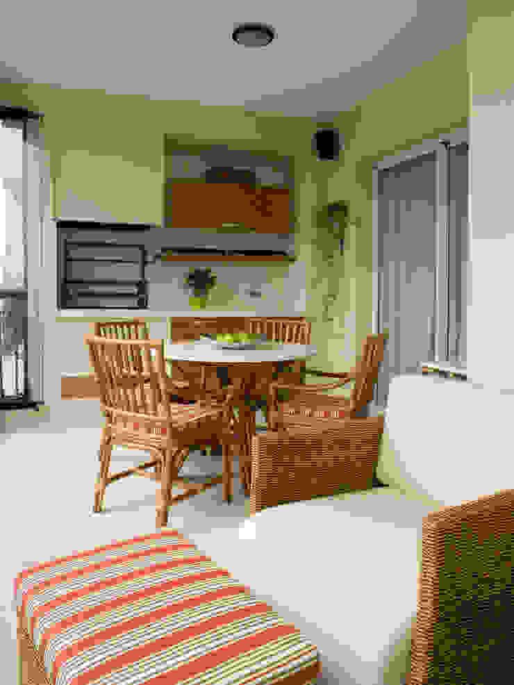Varanda com churrasqueira Varandas, alpendres e terraços clássicos por Flávia Brandão - arquitetura, interiores e obras Clássico