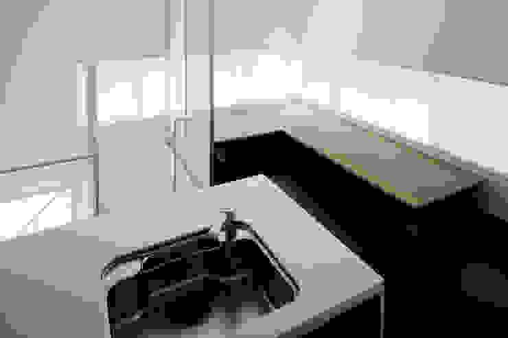 2階リビング・キッチン モダンな商業空間 の 久保田章敬建築研究所 モダン