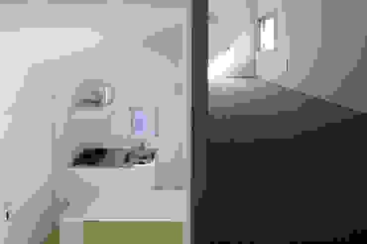 畳敷きのロフト空間 モダンな商業空間 の 久保田章敬建築研究所 モダン