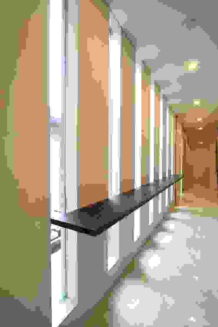 廊下 モダンスタイルの 玄関&廊下&階段 の FIELD NETWORK Inc. モダン