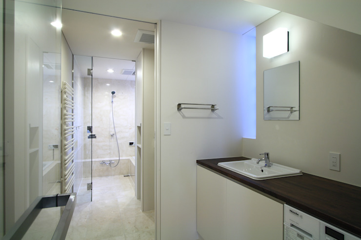 洗面室~浴室 モダンデザインの 多目的室 の FIELD NETWORK Inc. モダン