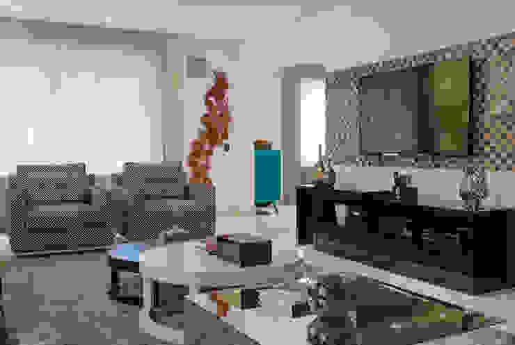 Detalhe escultura e TV Salas de estar ecléticas por Helen Granzote Arquitetura e Interiores Eclético