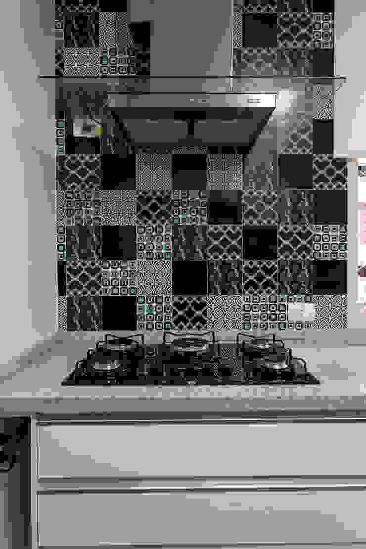 Detalhe revestimentos cozinha Cozinhas modernas por Helen Granzote Arquitetura e Interiores Moderno