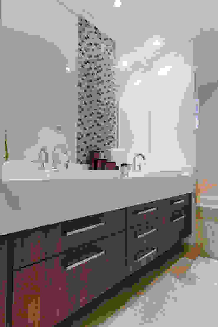 Banho casal com detalhe em mosaico de resina Banheiros modernos por Helen Granzote Arquitetura e Interiores Moderno