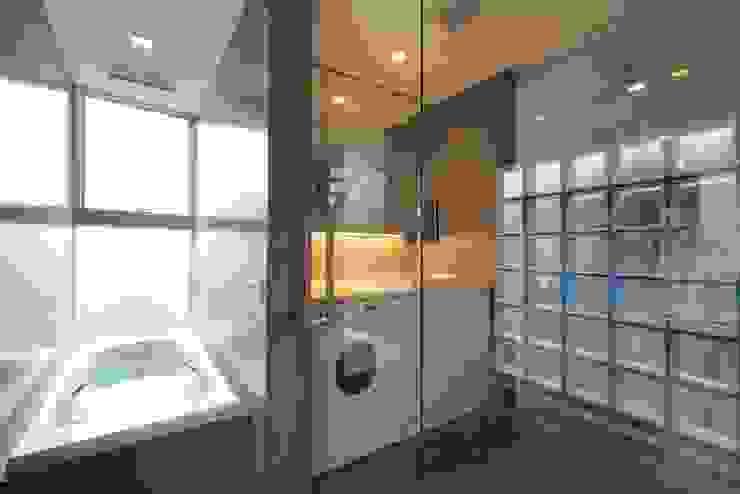 浴室 モダンスタイルの お風呂 の FIELD NETWORK Inc. モダン
