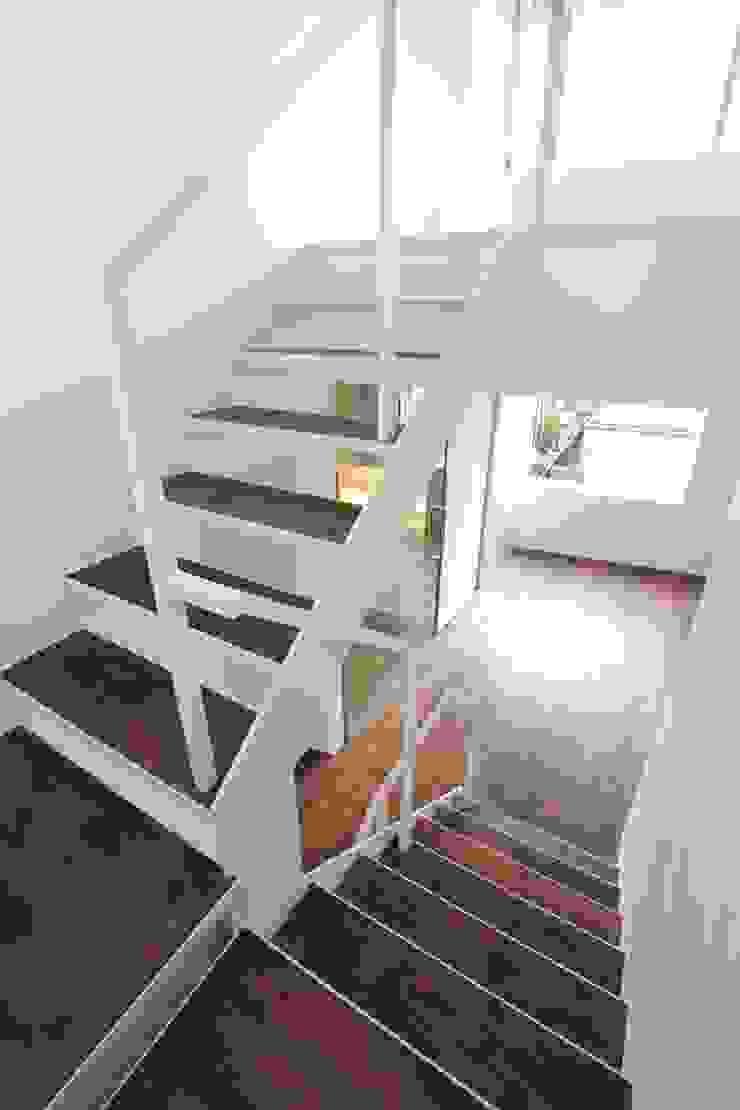 階段 モダンスタイルの 玄関&廊下&階段 の FIELD NETWORK Inc. モダン