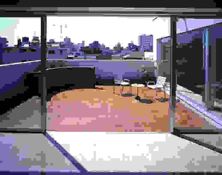 南側のバーベキューテラス: 久保田章敬建築研究所が手掛けた現代のです。,モダン
