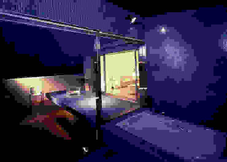 ガラスモザイクタイル貼りの浴室と屋外ベンチ: 久保田章敬建築研究所が手掛けた現代のです。,モダン