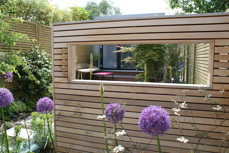 Modern English Garden - cedar window screen Jardines de estilo moderno de Rosemary Coldstream Garden Design Limited Moderno