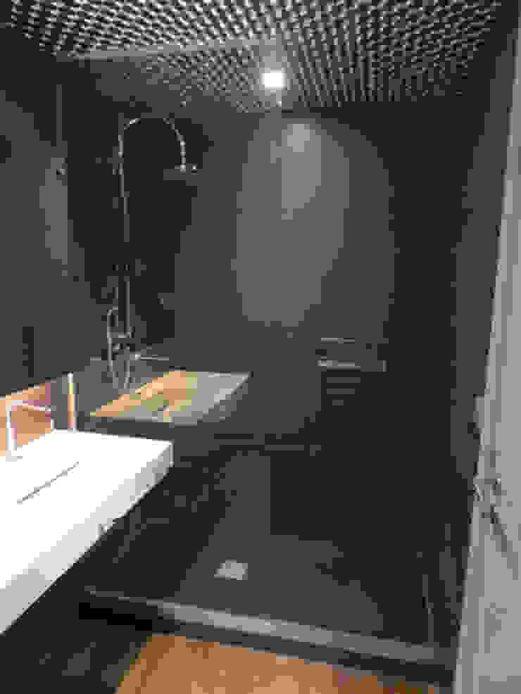 Colocación nuevo plato de ducha resina color antracita Baños de estilo moderno de ROIMO INTEGRAL GRUP Moderno