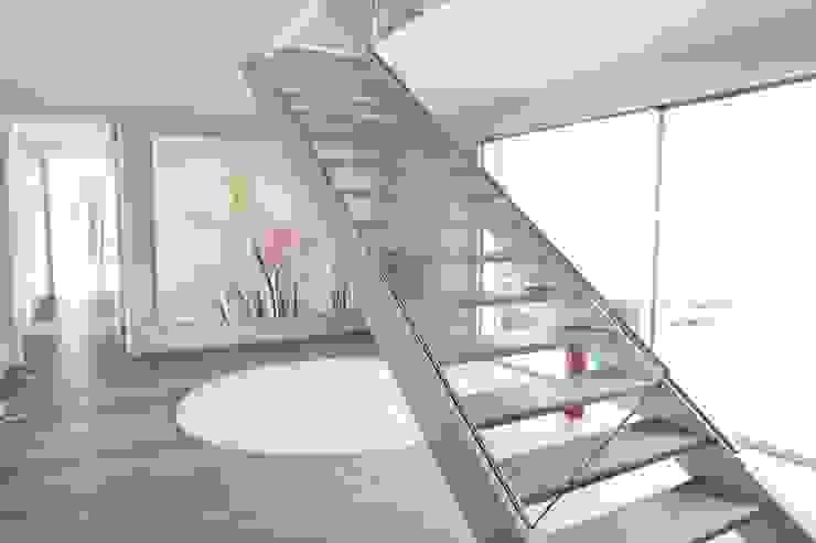 現代風玄關、走廊與階梯 根據 Neugebauer Architekten BDA 現代風