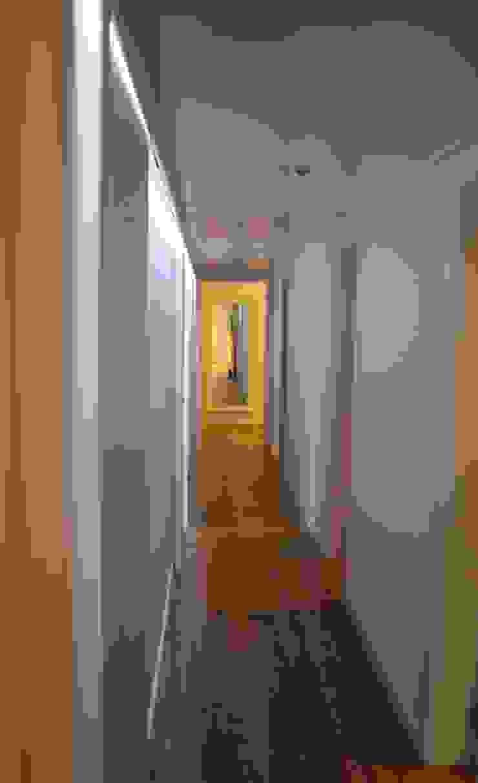 Pasillos, vestíbulos y escaleras de estilo escandinavo de ROIMO INTEGRAL GRUP Escandinavo