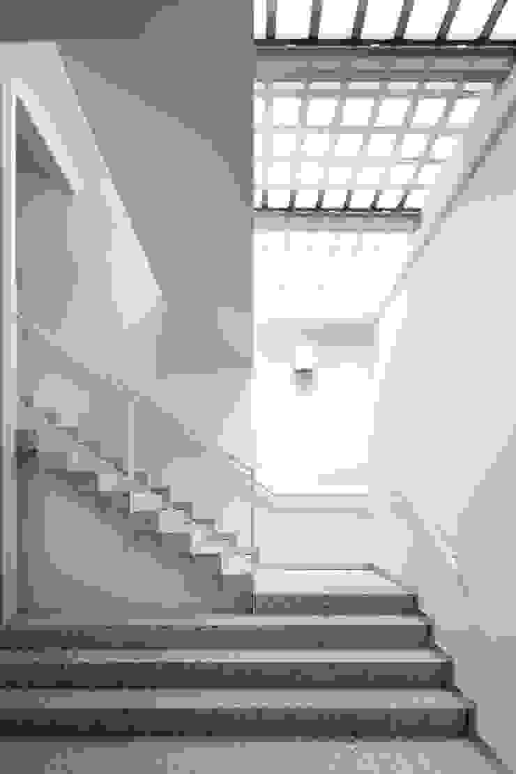 トップライトから光が注ぐホワイエ 久保田章敬建築研究所 Moderne Bürogebäude