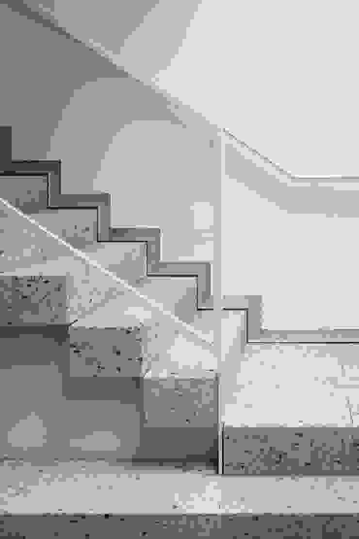 無垢の大谷石を積んだ階段ディテール 久保田章敬建築研究所 Moderne Bürogebäude