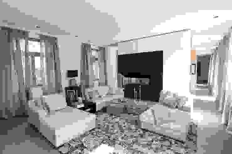 Wohnzimmer mit raumtrennenden Kamin Moderne Wohnzimmer von Neugebauer Architekten BDA Modern