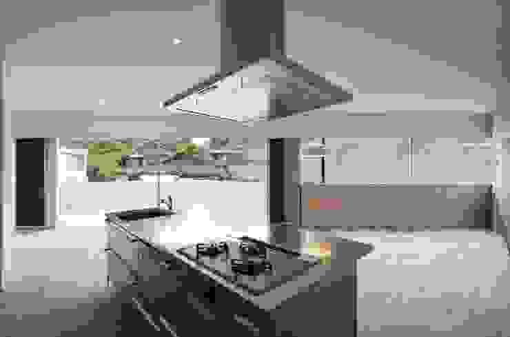 Modern dining room by TASS建築研究所 Modern