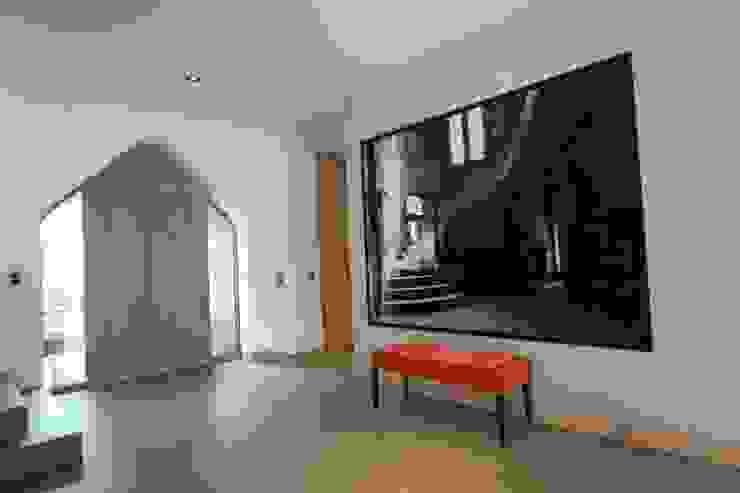Nowoczesny korytarz, przedpokój i schody od Neugebauer Architekten BDA Nowoczesny