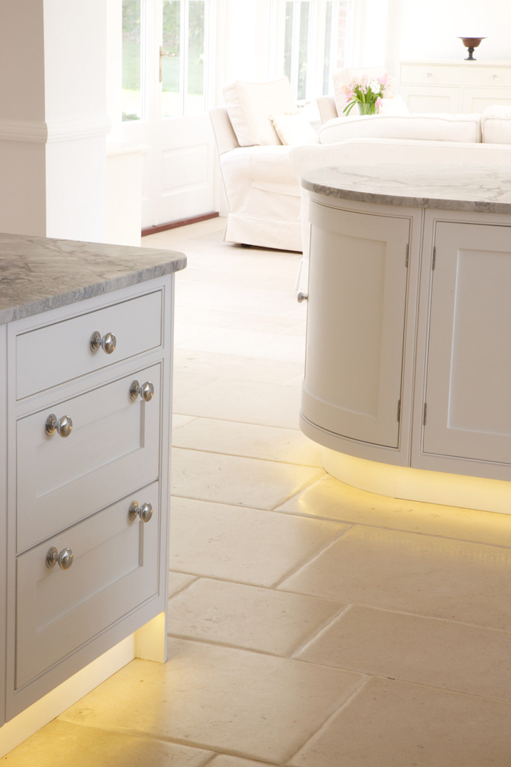 ​Roche Marron limestone in an Artisan Worn finish from Artisans of Devizes. Artisans of Devizes Cuisine classique Calcaire Beige