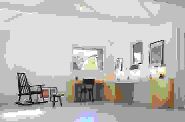 Oficinas de estilo moderno de Modal Architecture Moderno