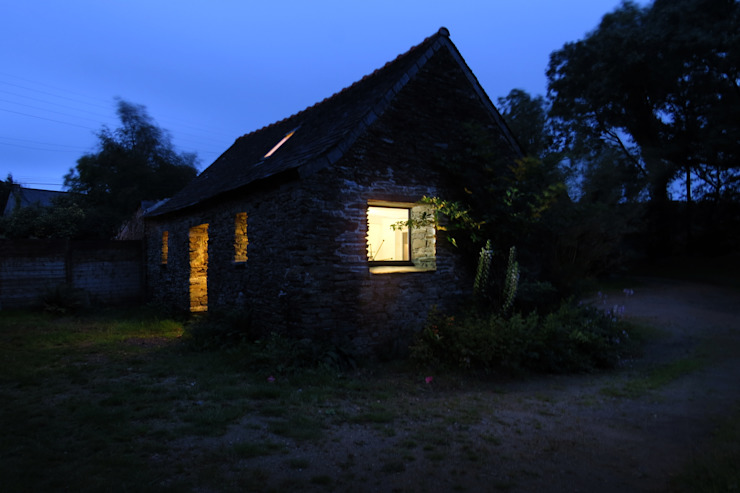AN OLD BRETON BARN CONVERTED INTO AN ARTIST STUDIO Maisons rurales par Modal Architecture Rural