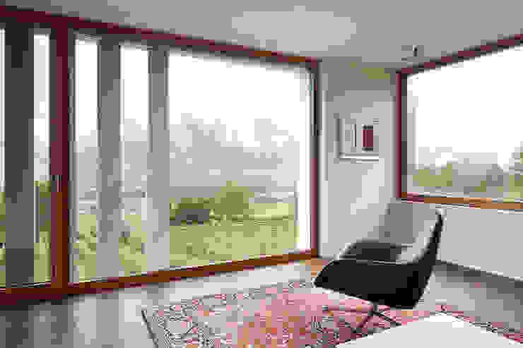 Büro/Wohnraum im Obergeschoss Moderne Wohnzimmer von feliz Modern