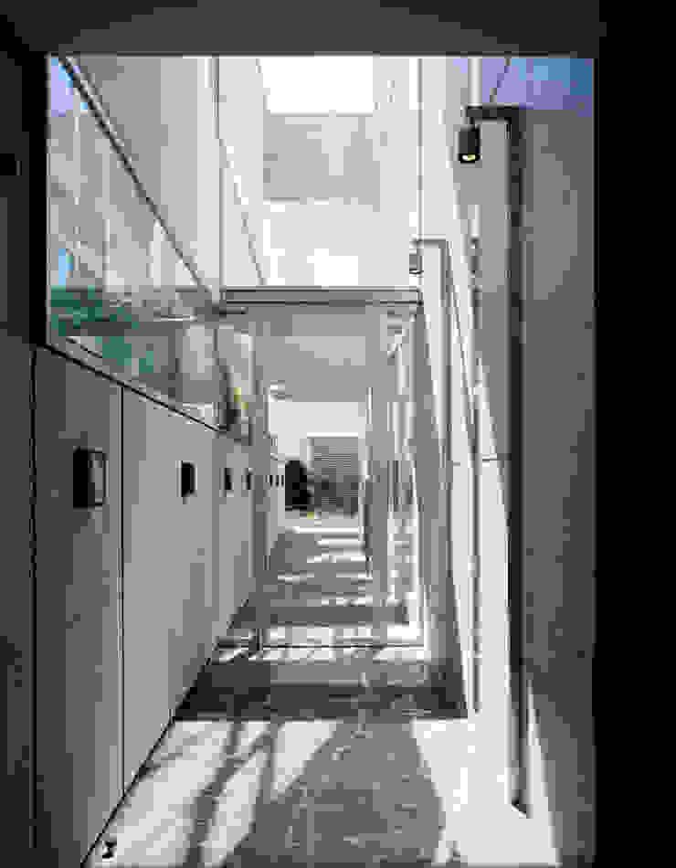 開放感のあるパッセージ の 久保田章敬建築研究所 モダン