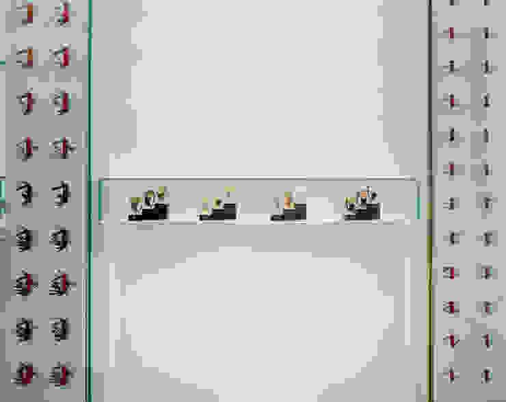 時計とナイフのディスプレイ の 久保田章敬建築研究所 モダン