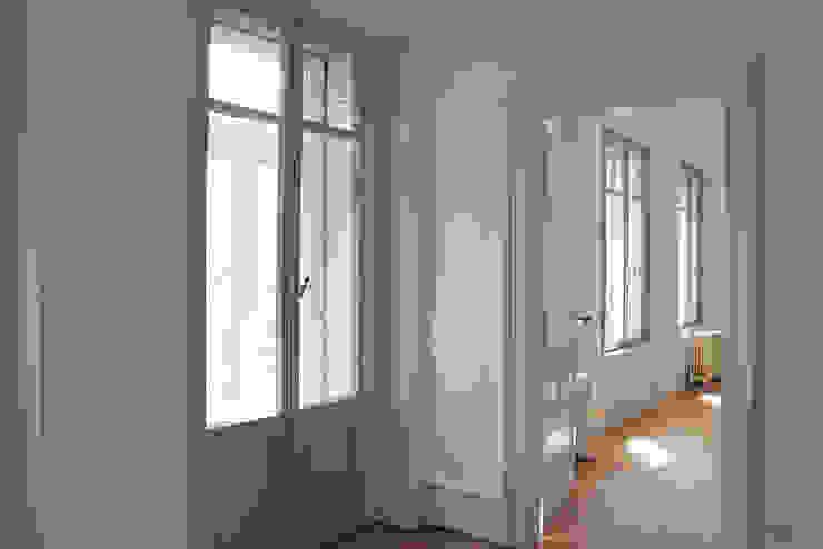Коридор, прихожая и лестница в модерн стиле от Agence ADI-HOME Модерн