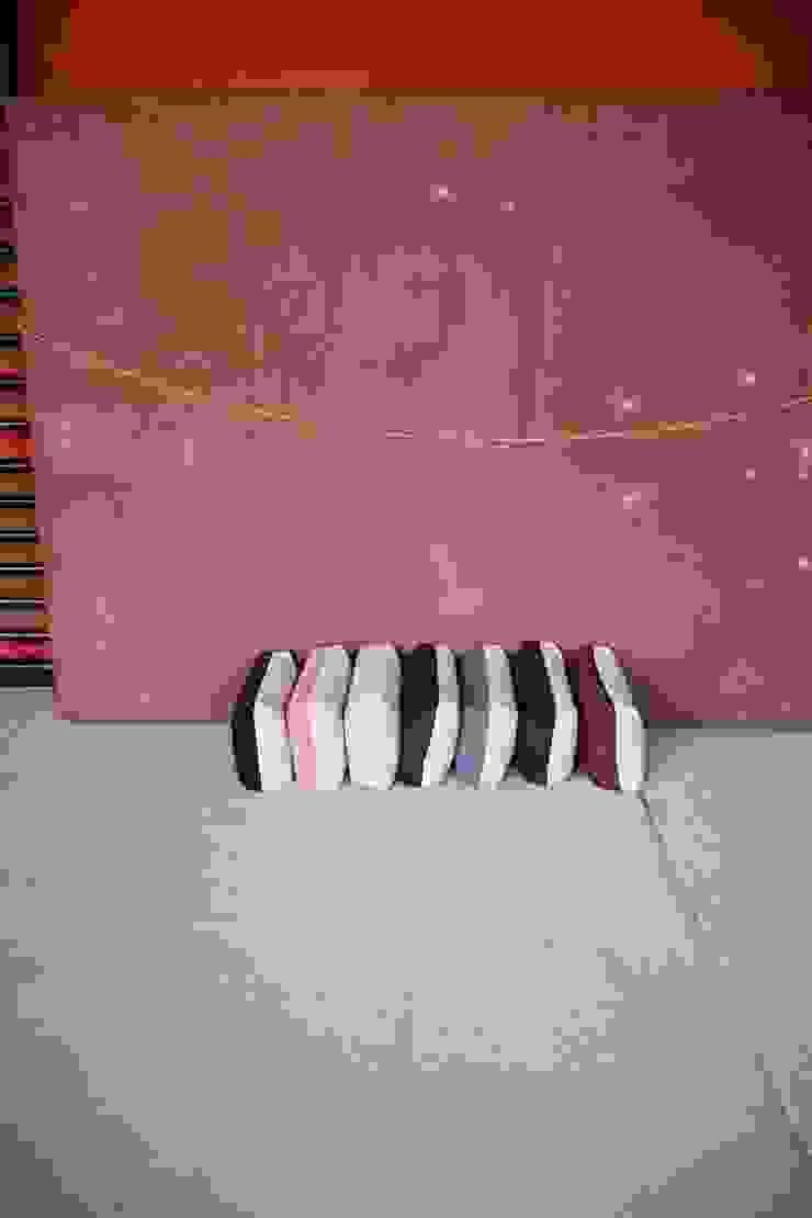 Crim Pillow serie II by An Van Parys, textile products: modern  door An Van Parys, Modern