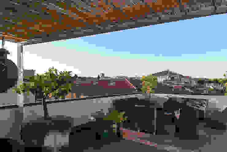 Klasyczny balkon, taras i weranda od Blocco 8 Architettura Klasyczny