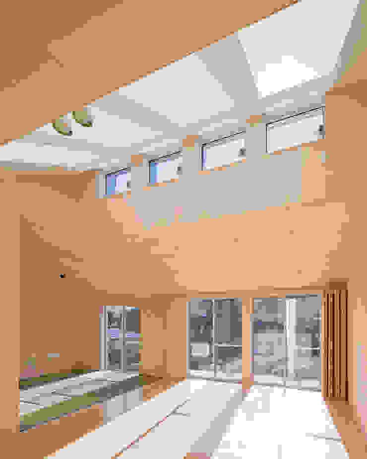 天井の高いリビングダイニング オリジナルデザインの リビング の 加藤裕一 / KSA オリジナル