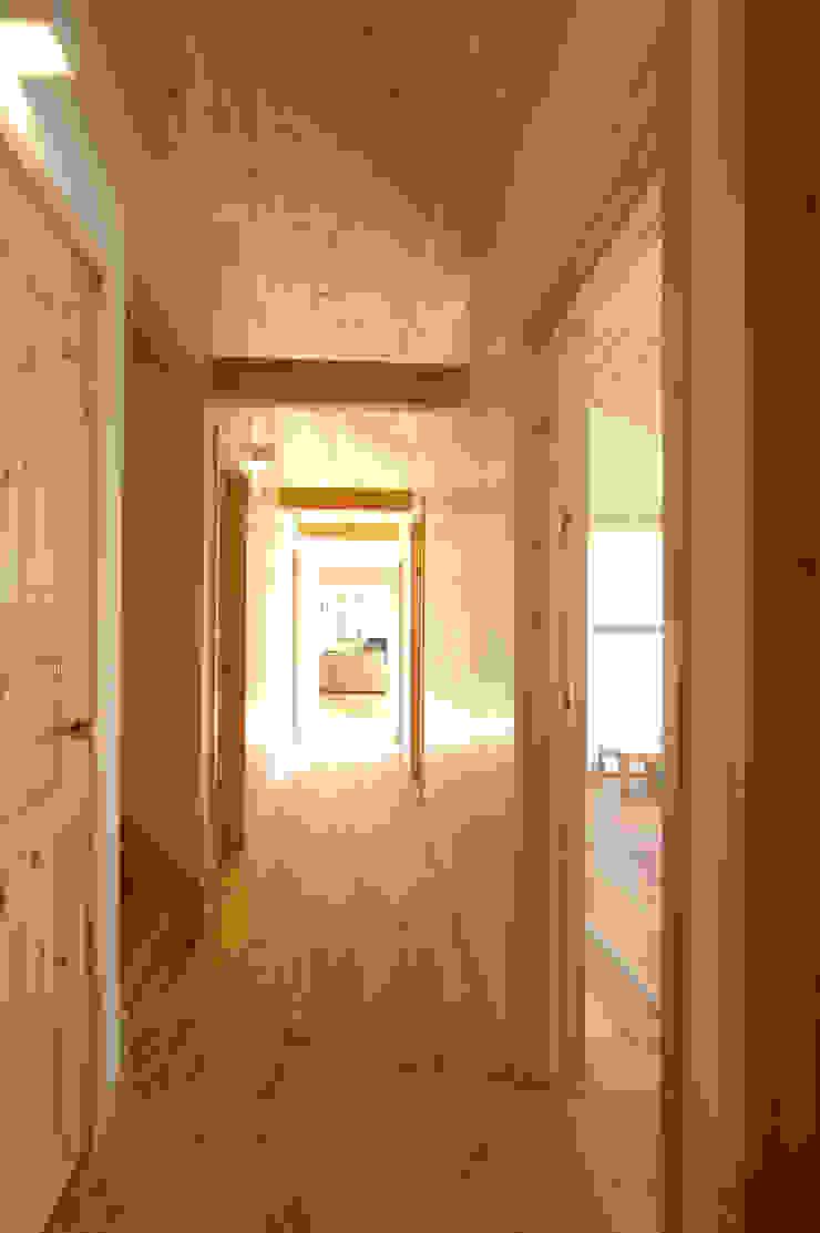 Couloir, entrée, escaliers originaux par 木の家株式会社 Éclectique