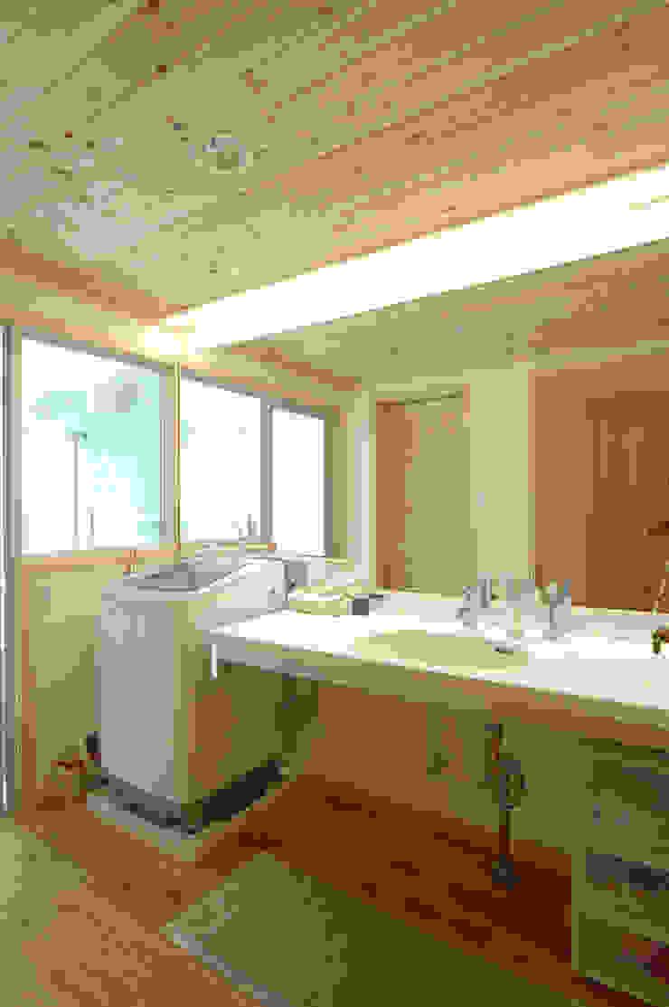 Salle de bain originale par 木の家株式会社 Éclectique