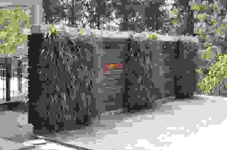 Jardim vertical com cruzeta Jardins rústicos por A Varanda Floricultura e Paisagismo Rústico