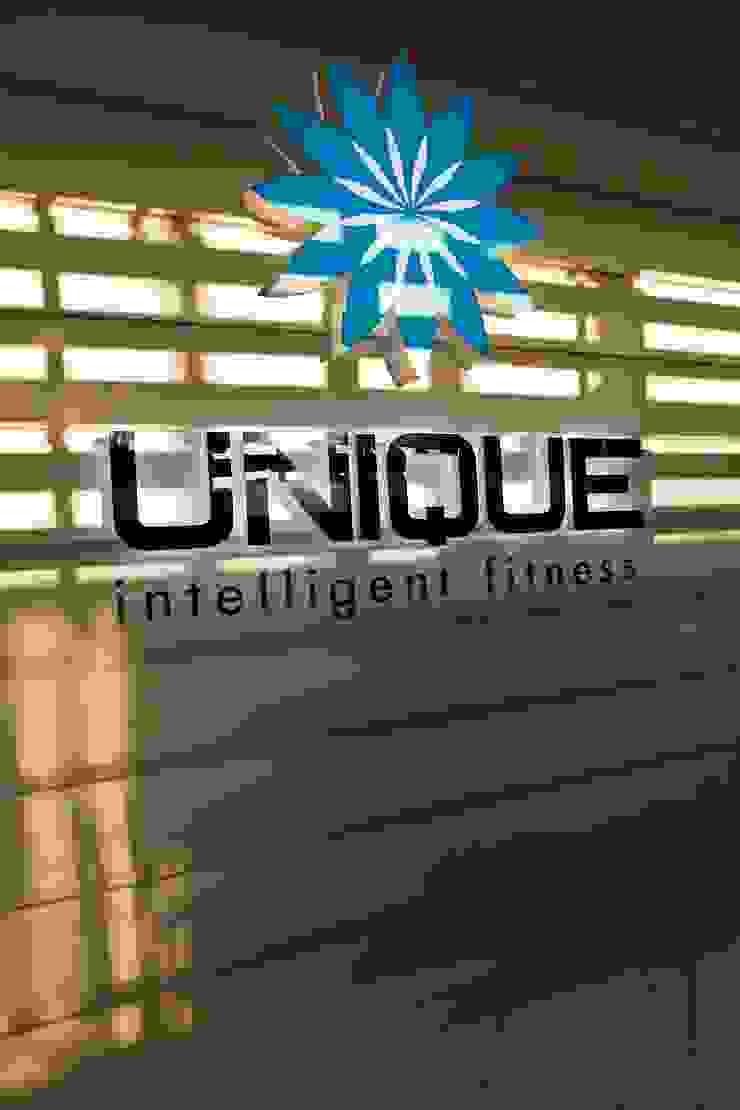 """Фитнес-клуб """"UNIQUE intelligent fitness"""" Октябрьский Бары и клубы в эклектичном стиле от Дизайн-бюро Анны Шаркуновой 'East-West' Эклектичный"""