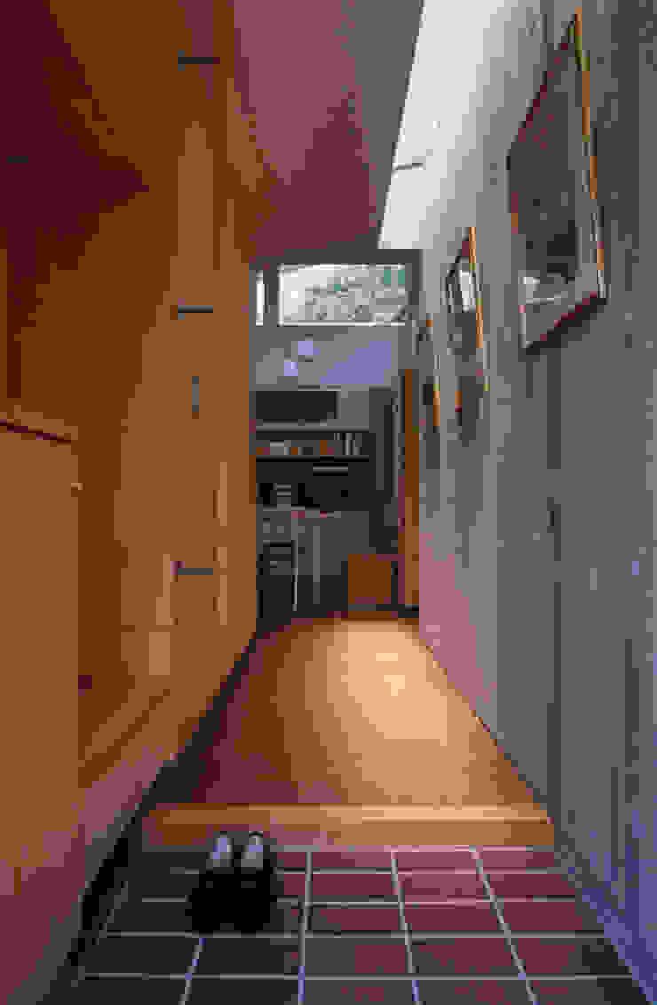 玄関からの内観 オリジナルスタイルの 玄関&廊下&階段 の 小川真樹建築綜合計画 オリジナル