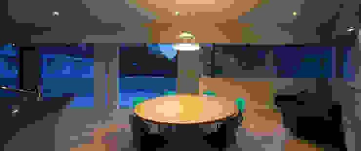 Modern living room by TASS建築研究所 Modern