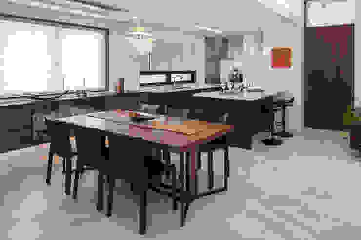 Modern Kitchen by 小川真樹建築綜合計画 Modern