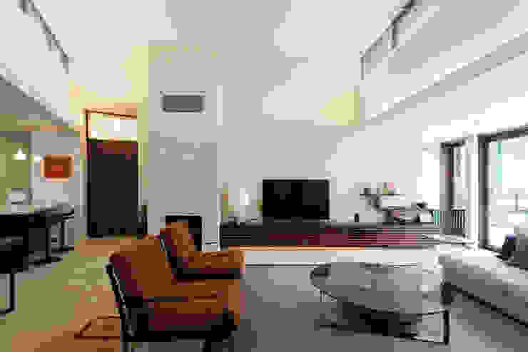Modern Living Room by 小川真樹建築綜合計画 Modern
