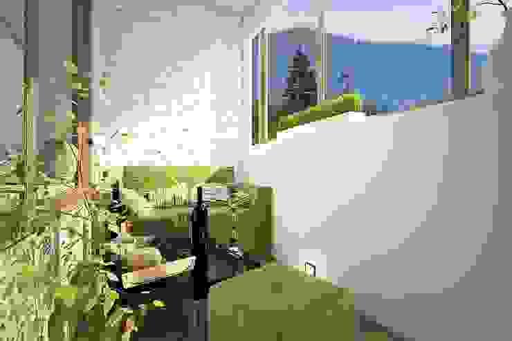 Квартира для большой семьи Балконы и веранды в эклектичном стиле от Дизайн-бюро Анны Шаркуновой 'East-West' Эклектичный