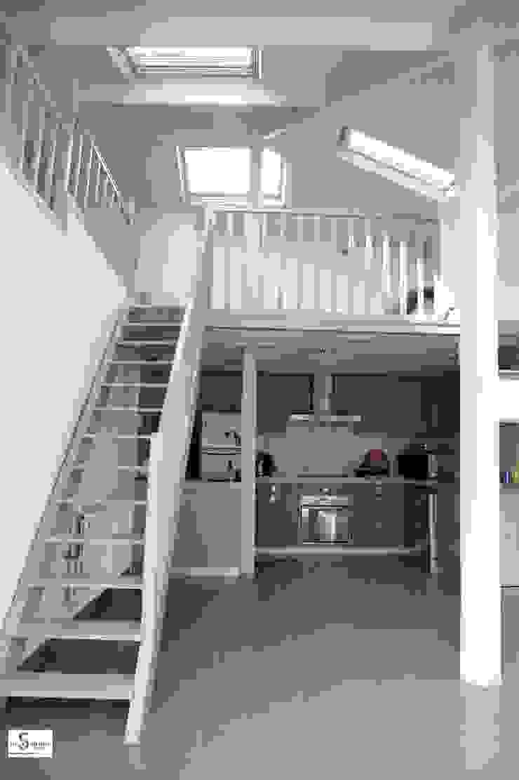 Pasillos, vestíbulos y escaleras modernos de Emilie Bigorne, architecte d'intérieur CFAI Moderno