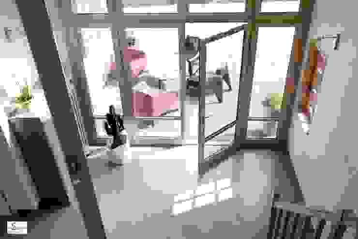l'entrée transformée Couloir, entrée, escaliers modernes par Emilie Bigorne, architecte d'intérieur CFAI Moderne