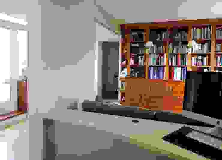 intégration de la bibliothèque existante Bureau moderne par Emilie Bigorne, architecte d'intérieur CFAI Moderne