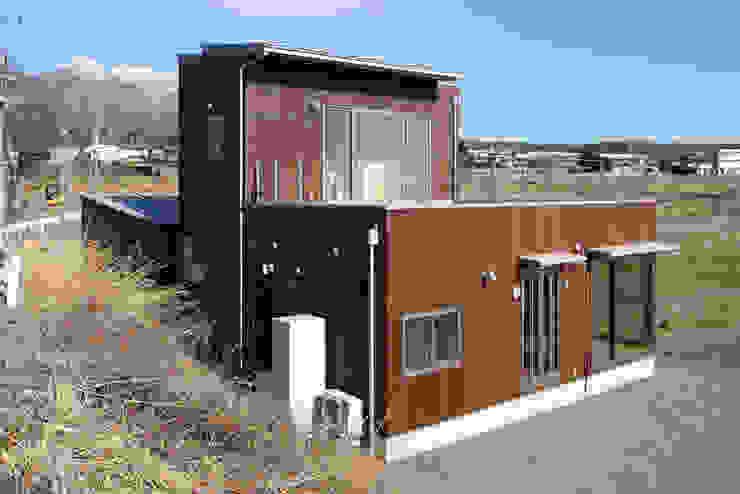 南西外観 モダンな 家 の office.neno1365 モダン 木 木目調