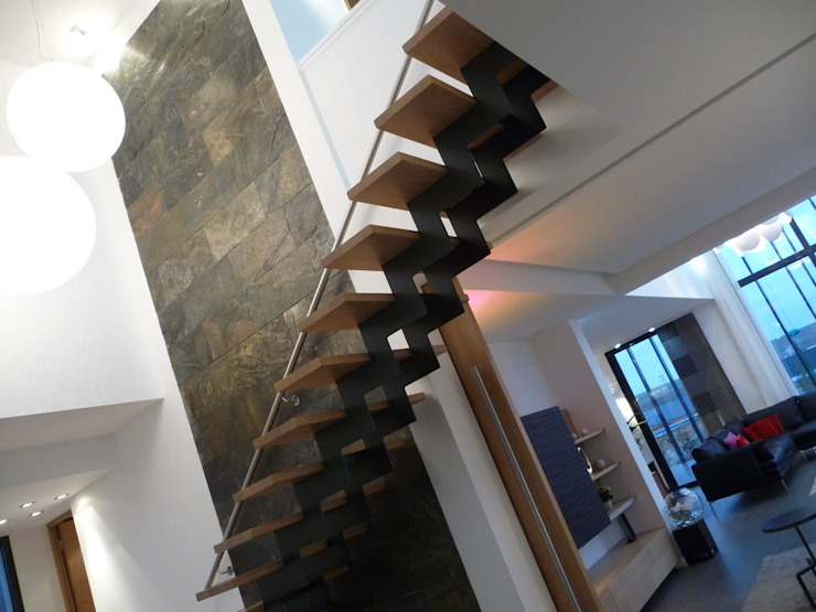 entrée sur double niveau Couloir, entrée, escaliers minimalistes par Emilie Bigorne, architecte d'intérieur CFAI Minimaliste