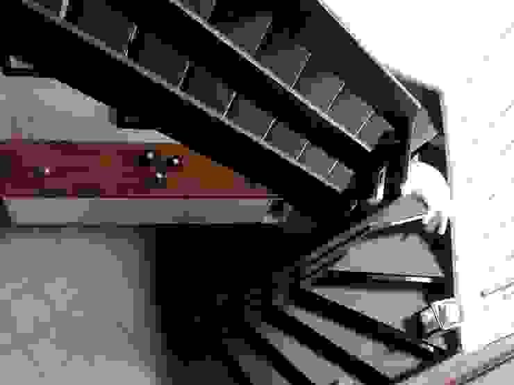 Le remodelage des espaces s'est prolongés dans la descente d'escalier et l'entrée Couloir, entrée, escaliers modernes par Emilie Bigorne, architecte d'intérieur CFAI Moderne