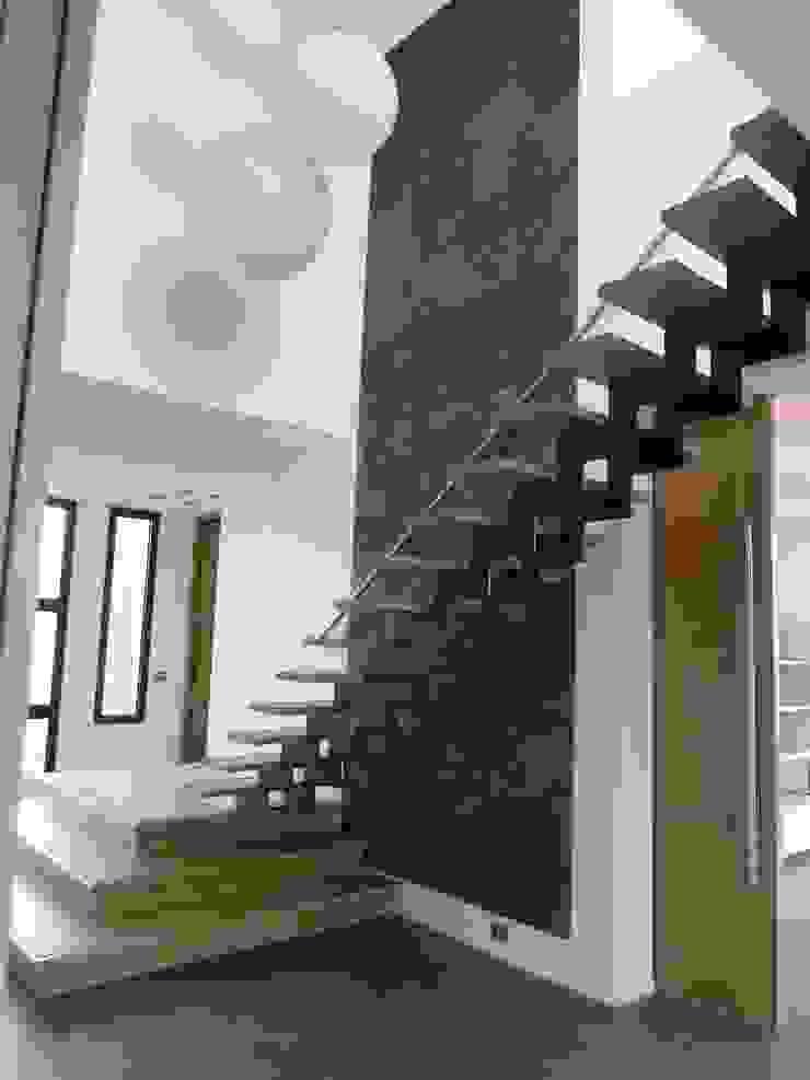 volumétrie d'entrée Couloir, entrée, escaliers minimalistes par Emilie Bigorne, architecte d'intérieur CFAI Minimaliste